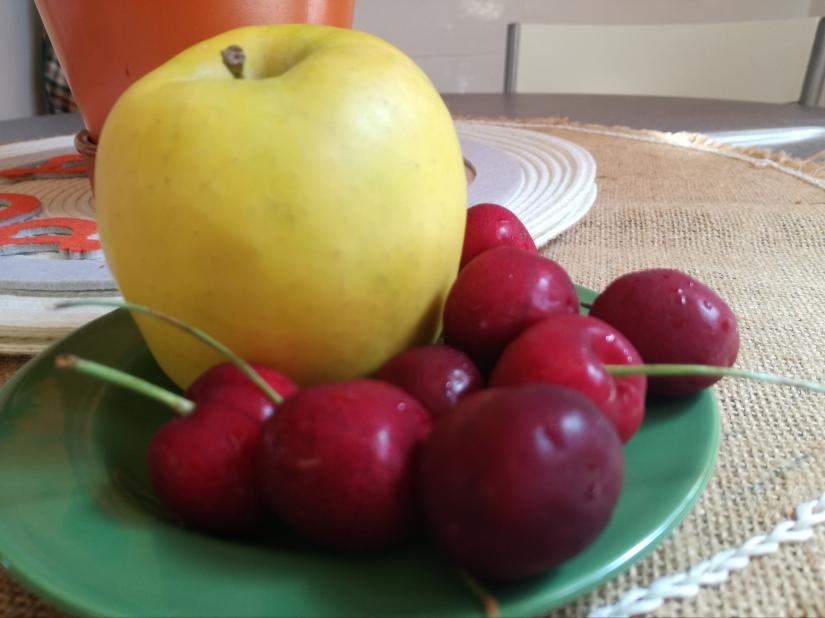 Mi merienda, manzana y cerezas