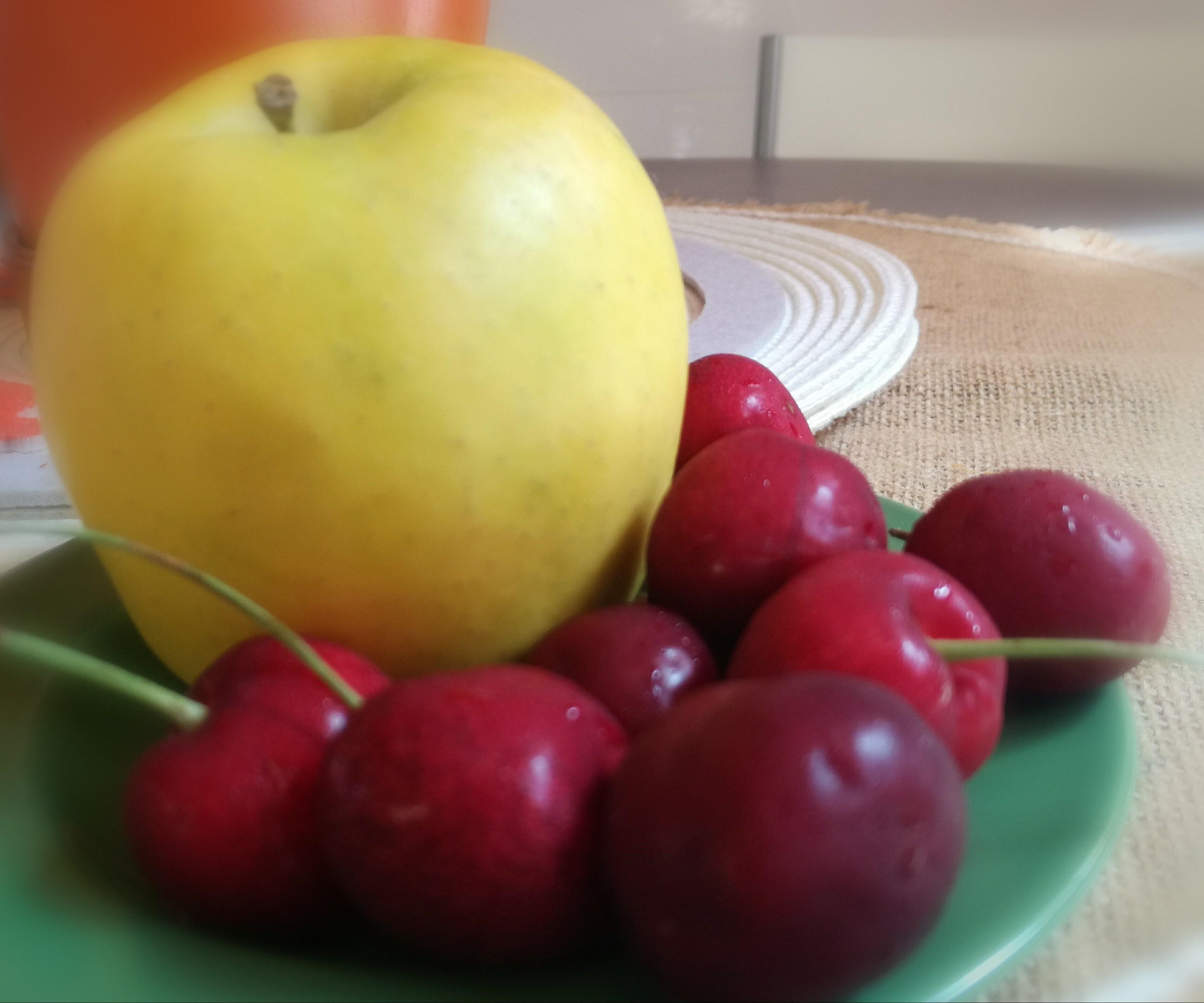 Mi merienda, una manzana y cerezas.